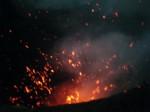 ⑨ヴァヌアツ:2011年3月31日タンナ島ヤスル火山火口