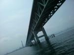 関空連絡橋の真下へ