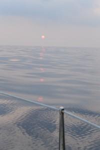 夕日と雲を映す海面